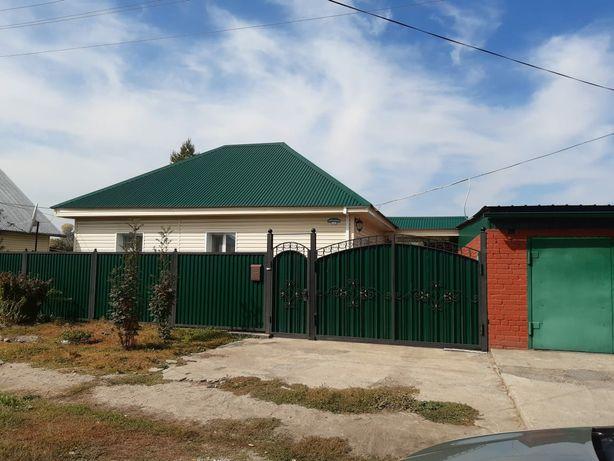 Продам 4 комнатный дом, в центре города с центральным отоплением .