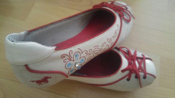 Продавам дамски спортни обувки и кецове