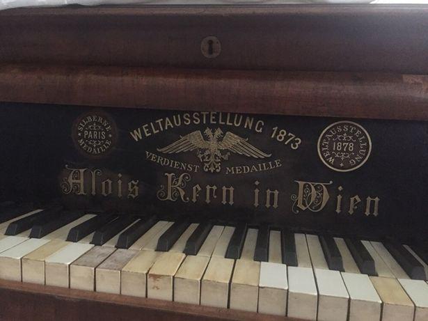 Vând pian vechi!negociabil