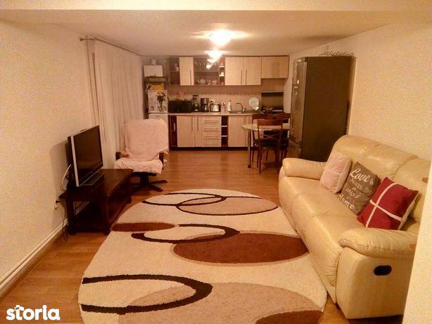 Inchiriez casa cu 2 dormitoare, cu curte comuna, 300 euro