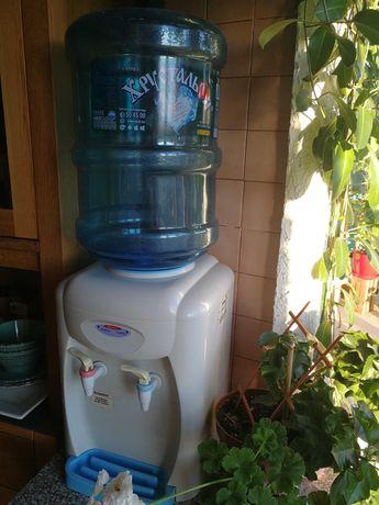 Кулер/диспенсер для воды  и 2 бутылки.