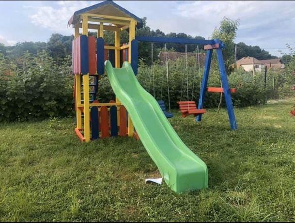 Parc joaca pentru copii cu un topogan
