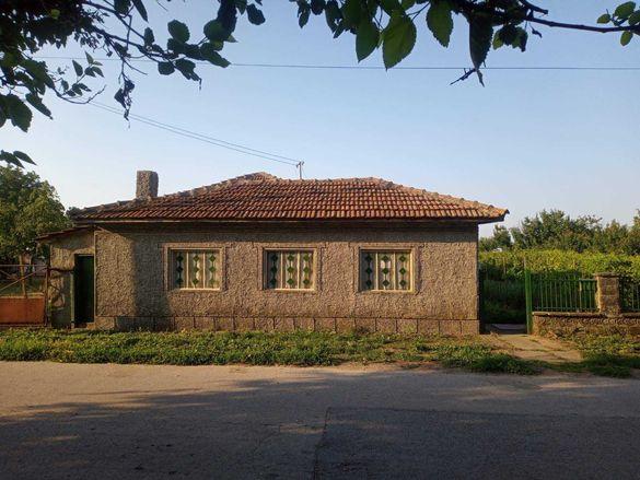 Селска къща с голям облагороден и поддържан двор