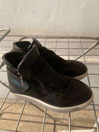 Обувь детскую продам