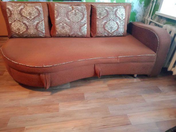 Продам диван с подушками.