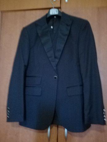 нов мъжки костюм от три части