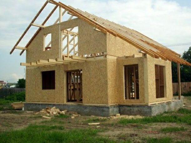 Vand case la rosu pe structura lemn