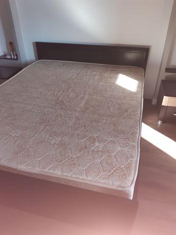 Кровать 2-спальная с  матрасом и тумбочками