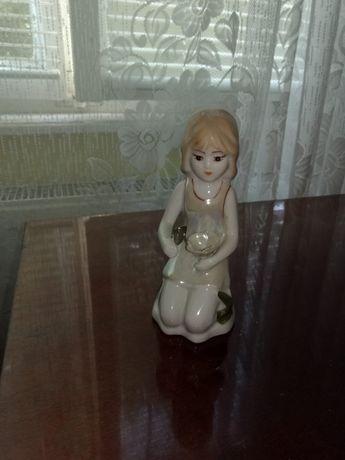 Bibelou din portelan, fata cu floare