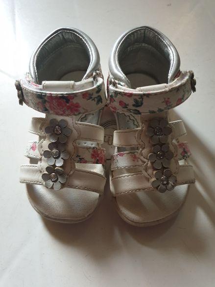 Бебешки/Детски сандали и летни шапки
