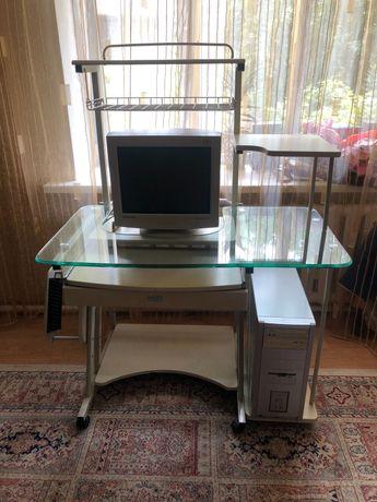 Компьютерный стол с компьютером