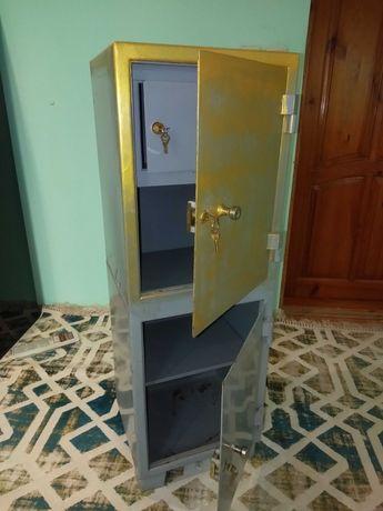 Металлический шкаф, сейф.