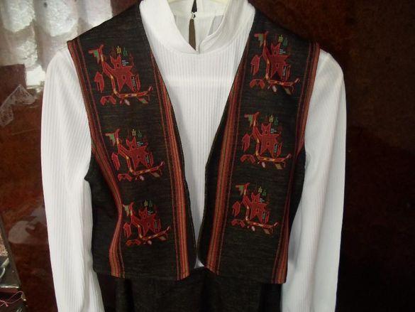 Народна носия с фабрично тъкани народни мотиви.