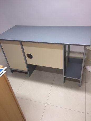 Продавам бюро за офис
