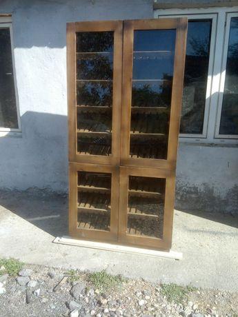 Шкаф-витрина с вратички със стъкло
