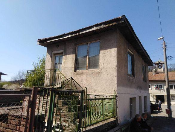 Продавам къща в центъра на село Бяла община Сливен