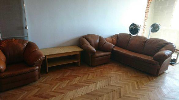 Продавам кожен диван с 2 фотьойла