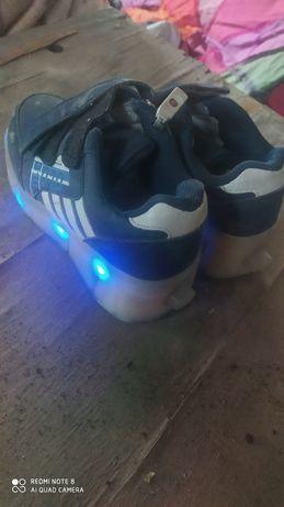 Детская обувь с подсветкой и блютузом
