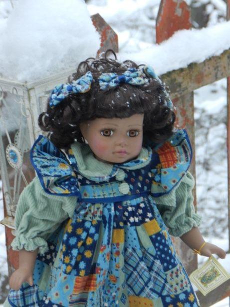 CANDOARE SI FINETE! Adorabila papusa din portelan bisque.