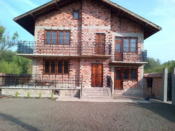 Масивна и просторна къща с двор и гараж в с Ленково и приземен етаж