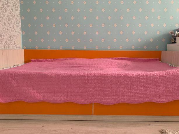 Мягкая уютная Кровать почти новая размер 210см на 100см.