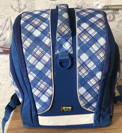 Школьные рюкзаки: синий-2000 тг., чёрный-1000 тг.