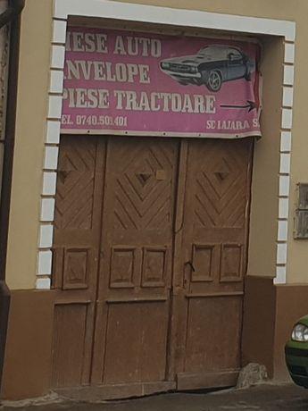 Poarta și ușa de lemn