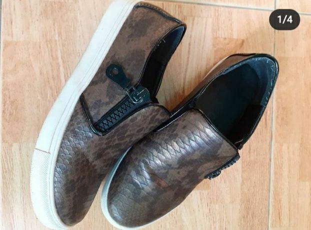 Pantofi casual cu imprimeu deosebit, marimea 37, 45 lei.