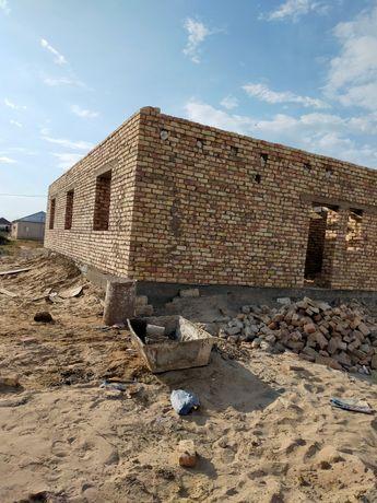 Не достроенный большой дом из жженного кирпича