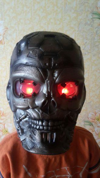 Детска маска със светещи очи и дрезгав говор