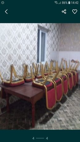 Стол со стульями.