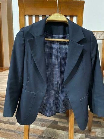 Школьная форма для девочек . Пиджак ,юбка и блузка .На лет  10-12 лет