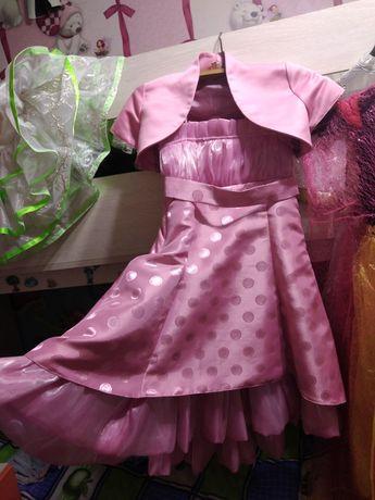 Платье розовое с накидкой и утигавается сзади.