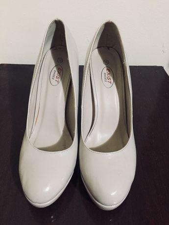 Pantofi de vânzare.
