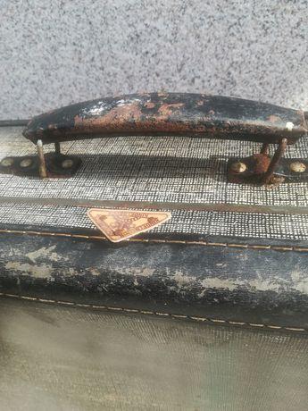 Ретро куфар за реставрация няма либстващи елементи