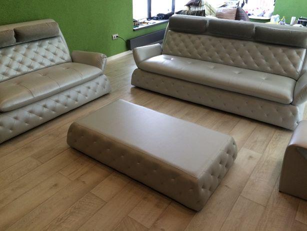 Кожаный диван, софа и журнальный столик