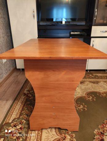 Кухонный стол, раковина, зеркало