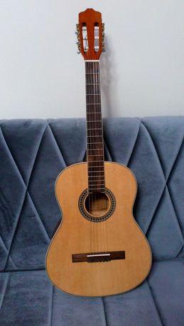 Продаю классическую гитару