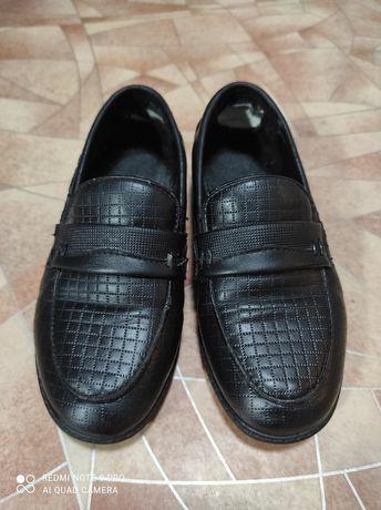 Продам туфли на мальчика .