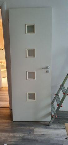 Usi interior apartament albe