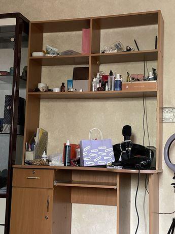 Компьютерный стол с полками