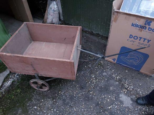 Стара ръчна количка с две колела
