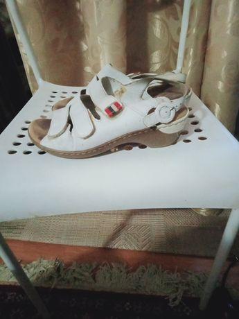 Продам босоножки женские и туфли удобные качество хорошее на широкую н
