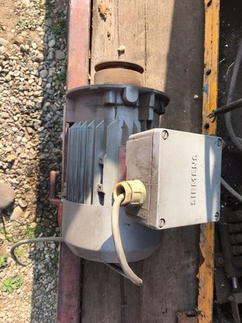 Vând motor trifazic Siemens