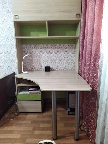 Угловой письменный стол с надстройкой и тумбой.