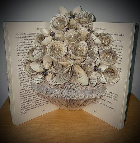Vază confectionata dintr-o carte
