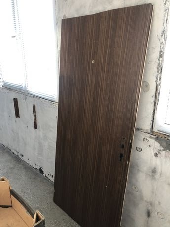 Входна врата дървена