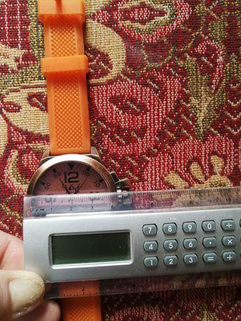 Нов часовник диаметър на стъклото 4см.