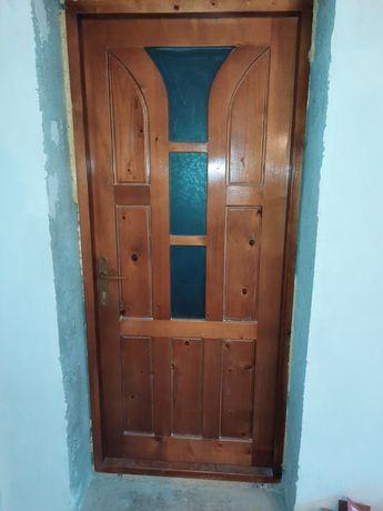 Trei uși din lemn de brad interior.