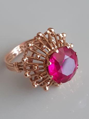 Советское золотое кольцо с малиновым корундом